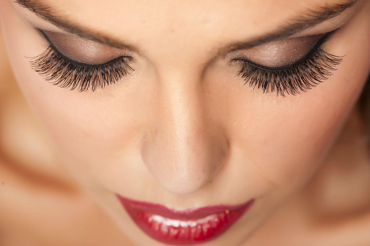 Mujeres aseguran que las extensiones de pestañas provocan piojos… ¡¿Quéeee?!