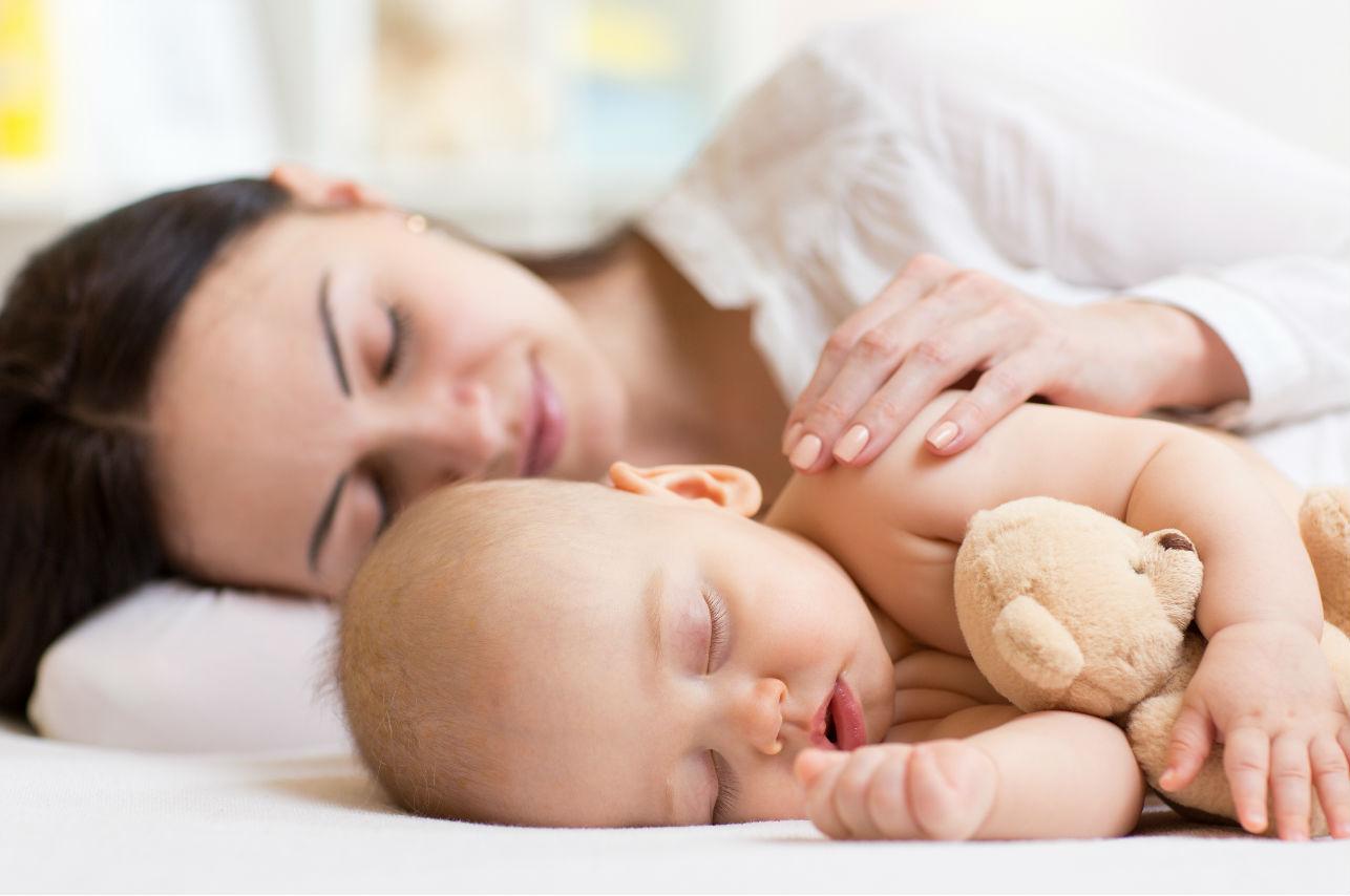 La ciencia nos explica porqué los recién nacidos NO deben dormir solos
