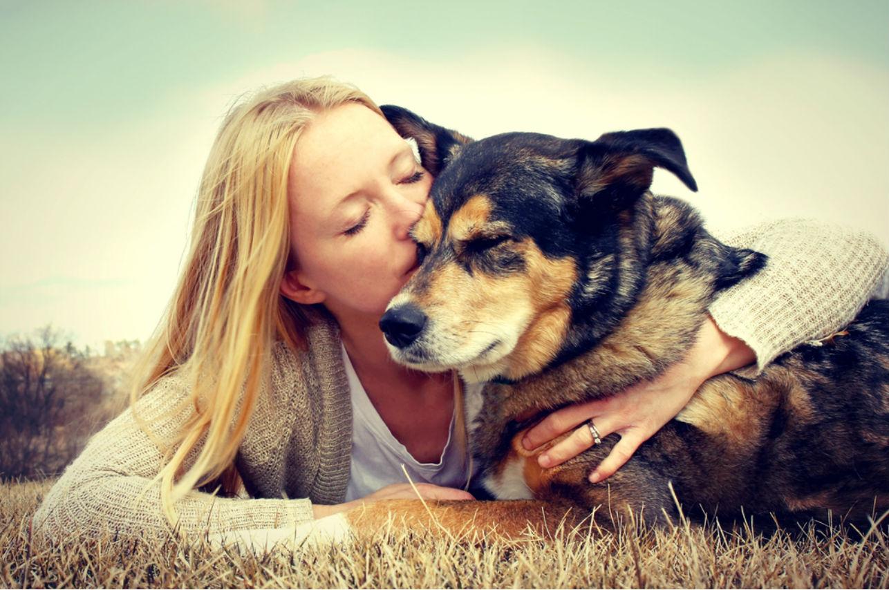 mujer perro mascota beso