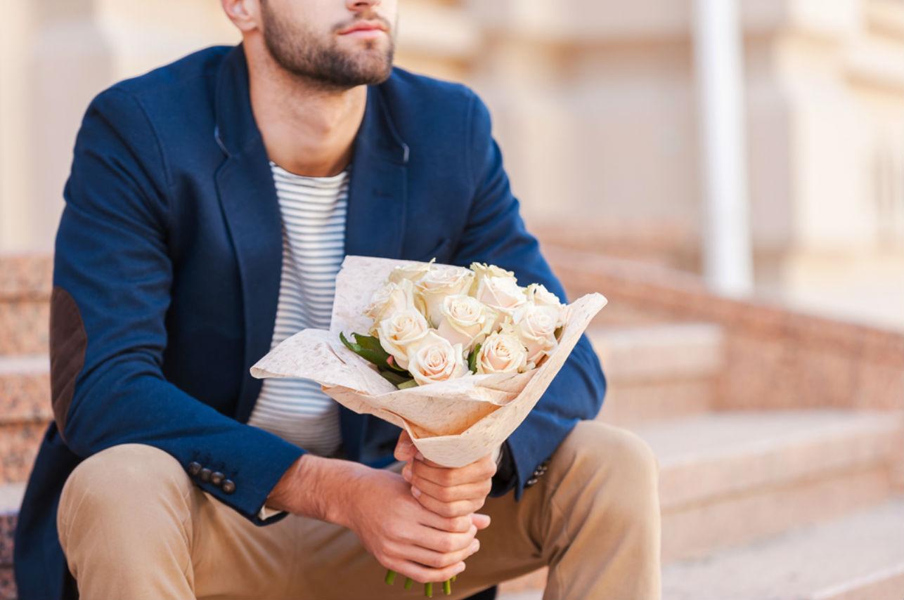 Este hombre le sigue regalando flores a su exesposa, la razón te encantará