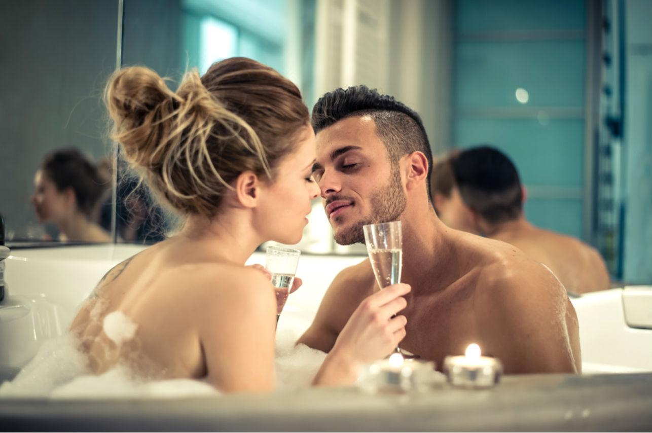 Bañarte con tu pareja tiene más beneficios de los que te imaginas