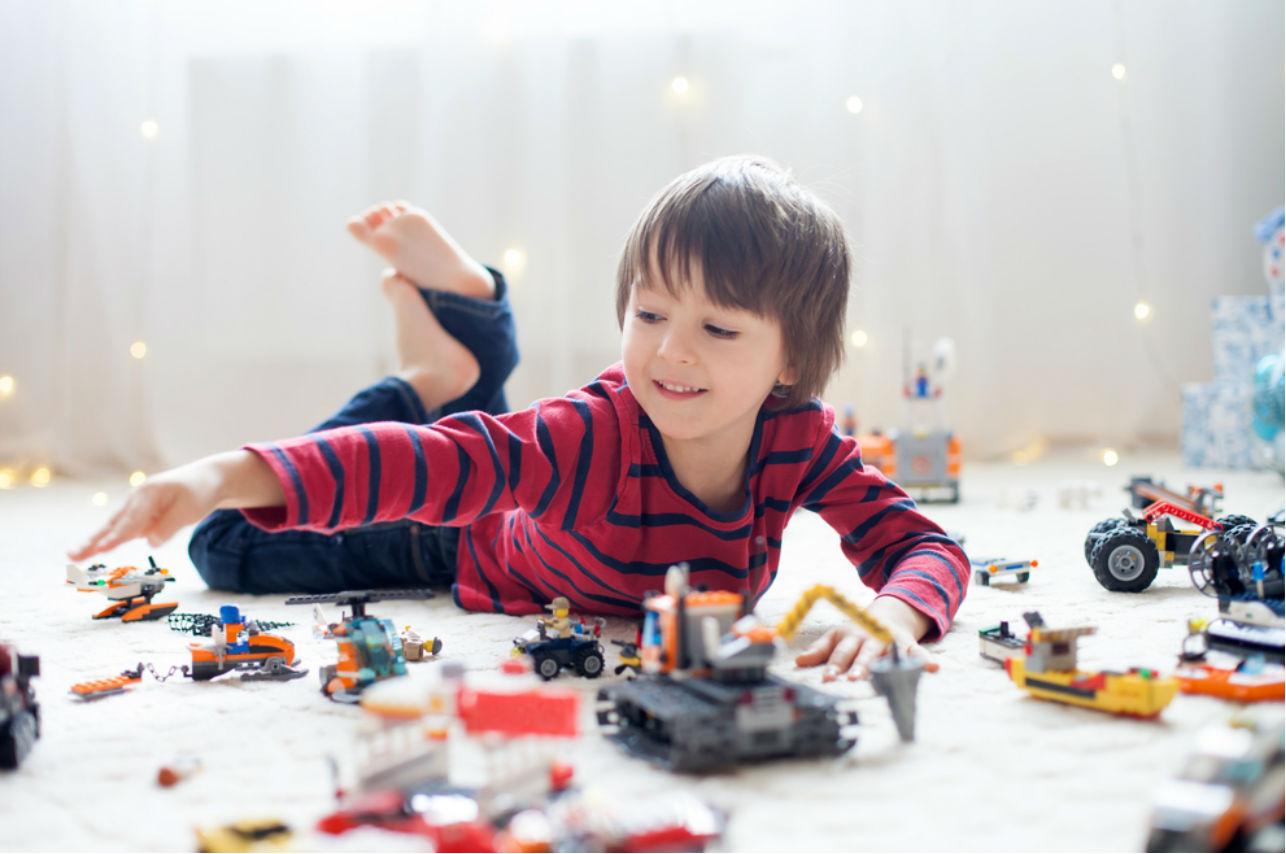 Este niño invitó a sus amigos del kinder a su audiencia de adopción