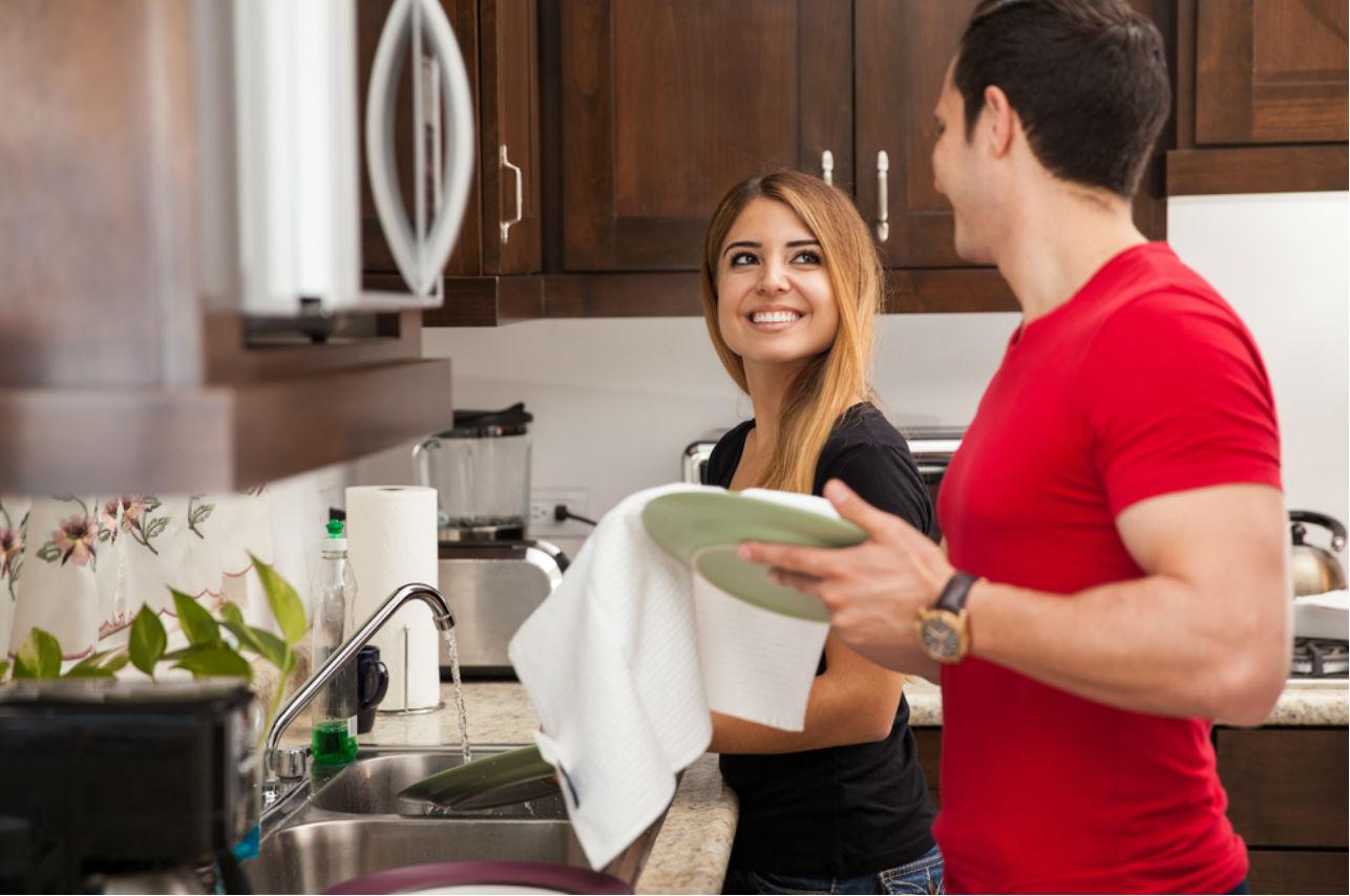 Los hombres que ayudan en las tareas del hogar son más estudiados