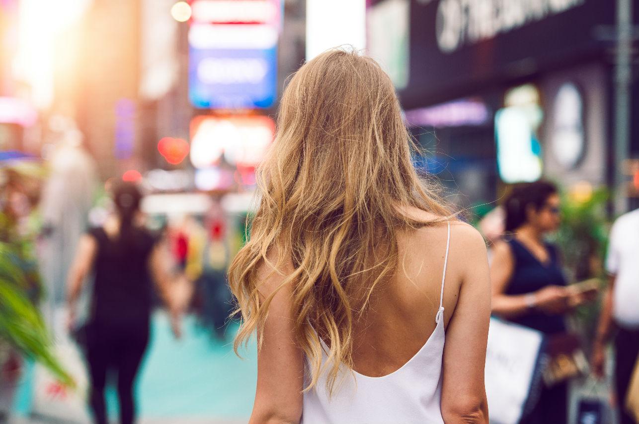 Trucos de moda para disimular la espalda ancha