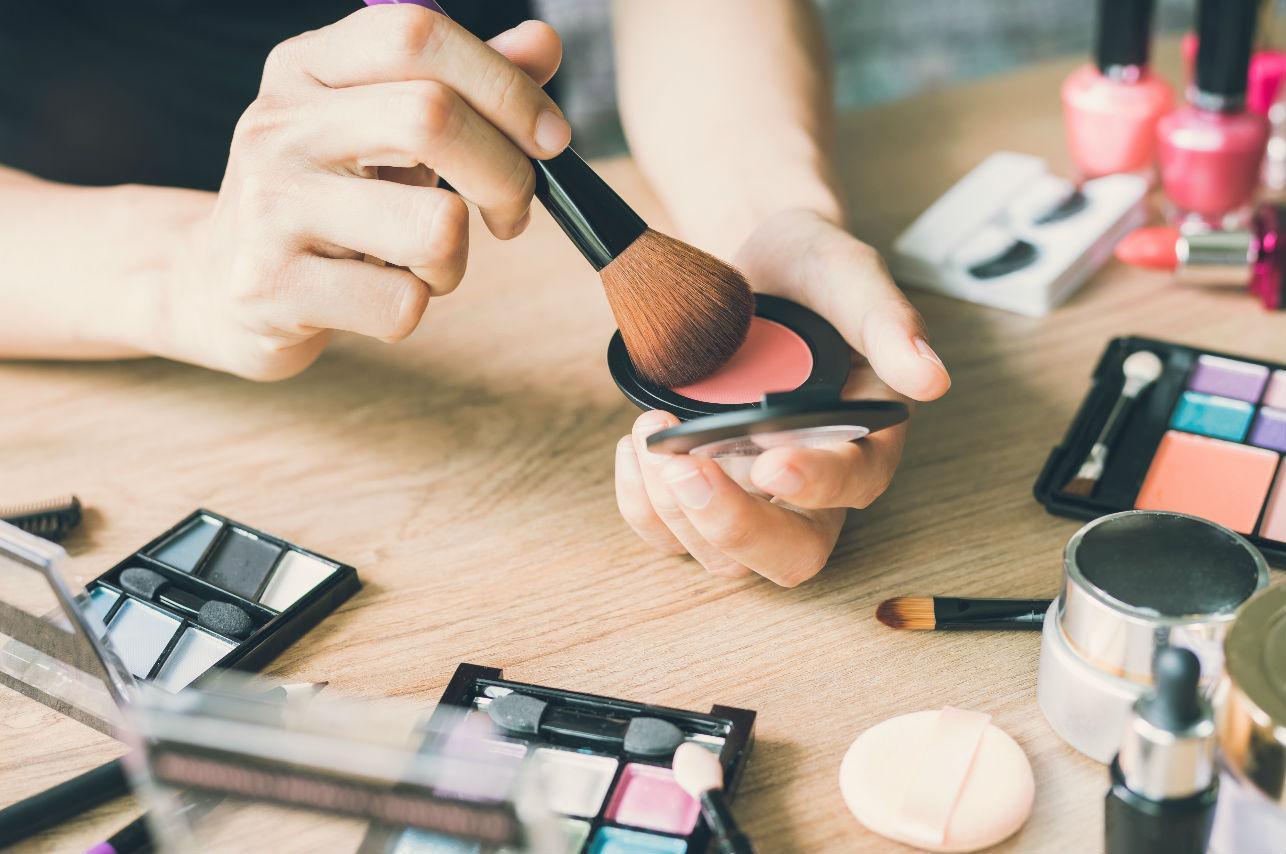 8 errores de maquillaje que te pueden causar granitos