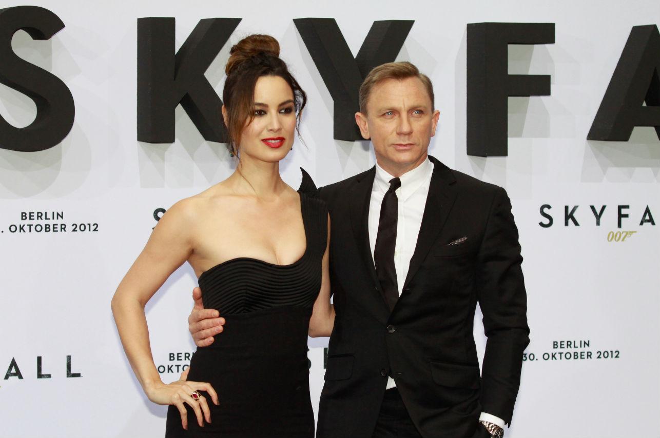 Critican a Daniel Craig por cargar a su bebé y Chris Evans lo defendió