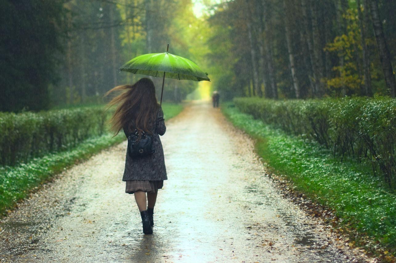 5 prendas que puedes usar para protegerte de la lluvia veraniega