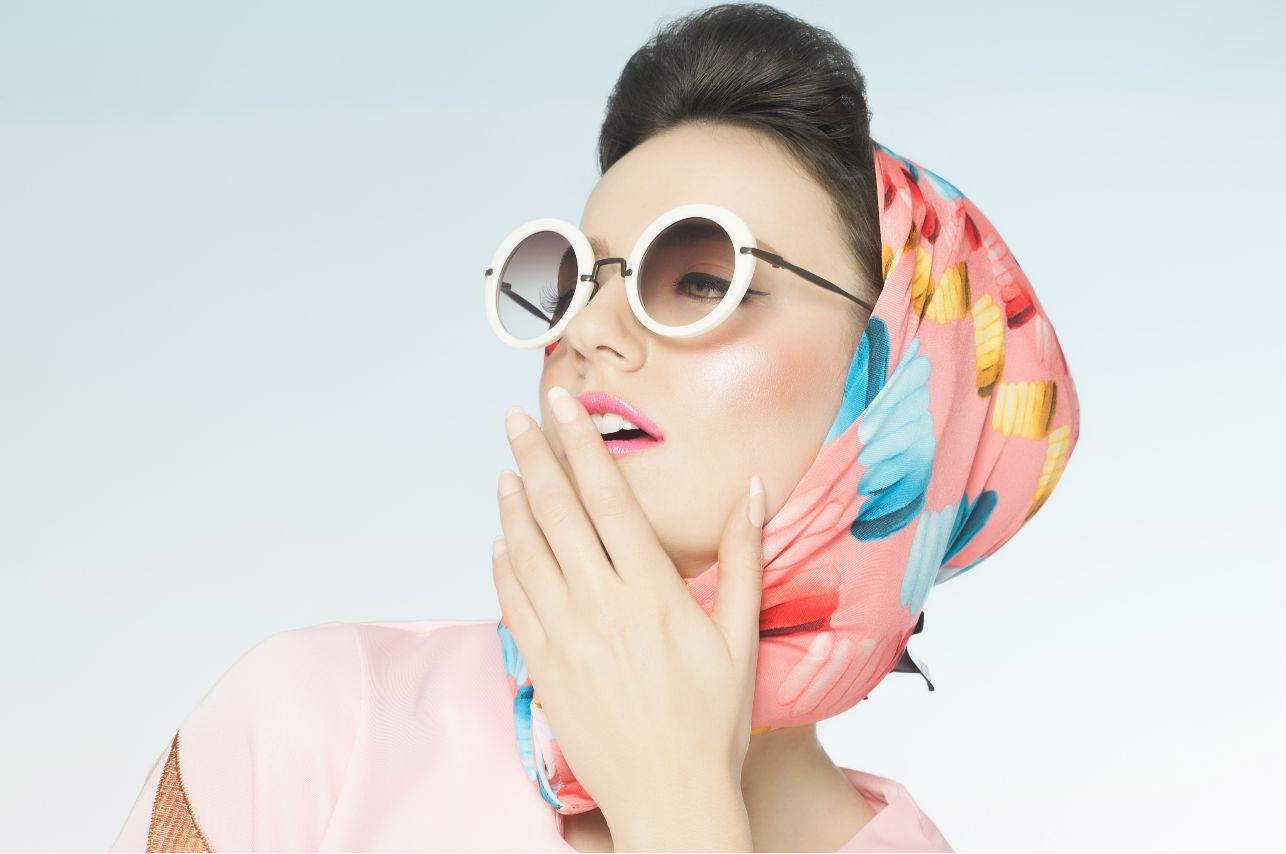 Así deberás llevar los pañuelos de seda durante este otoño