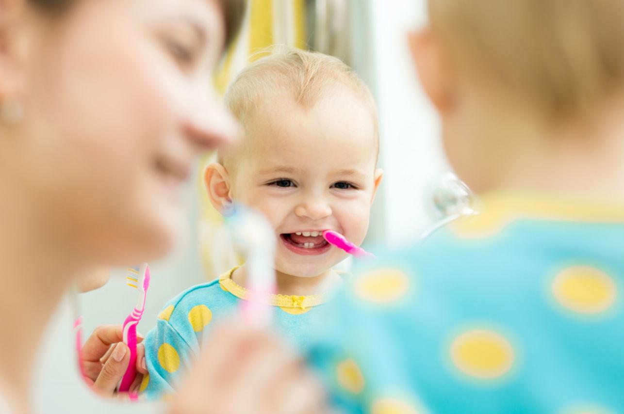 Este sencillo y efectivo truco te ayudará a cuidar los dientes de tu bebé