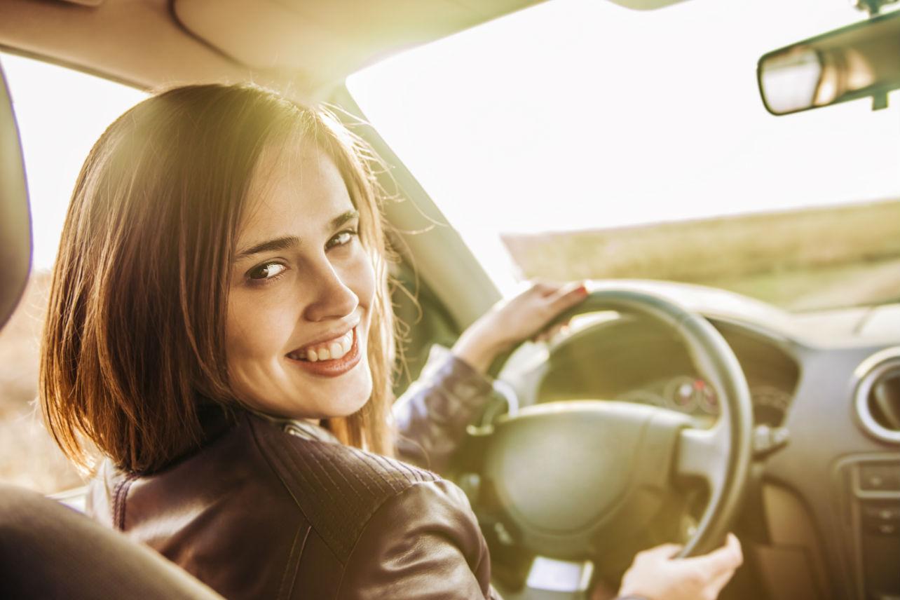Esta es la forma correcta de sentarte frente al volante de tu auto