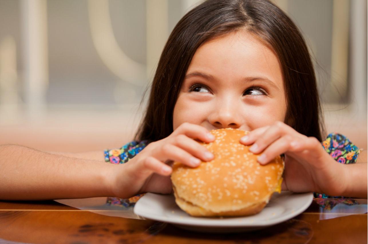 5 alimentos que no debes darle a tu hijo