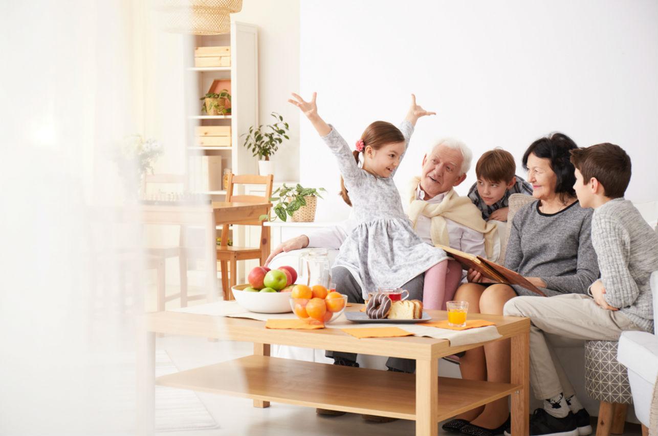 Tus hijos serán más felices si conviven con sus abuelos (según expertos)