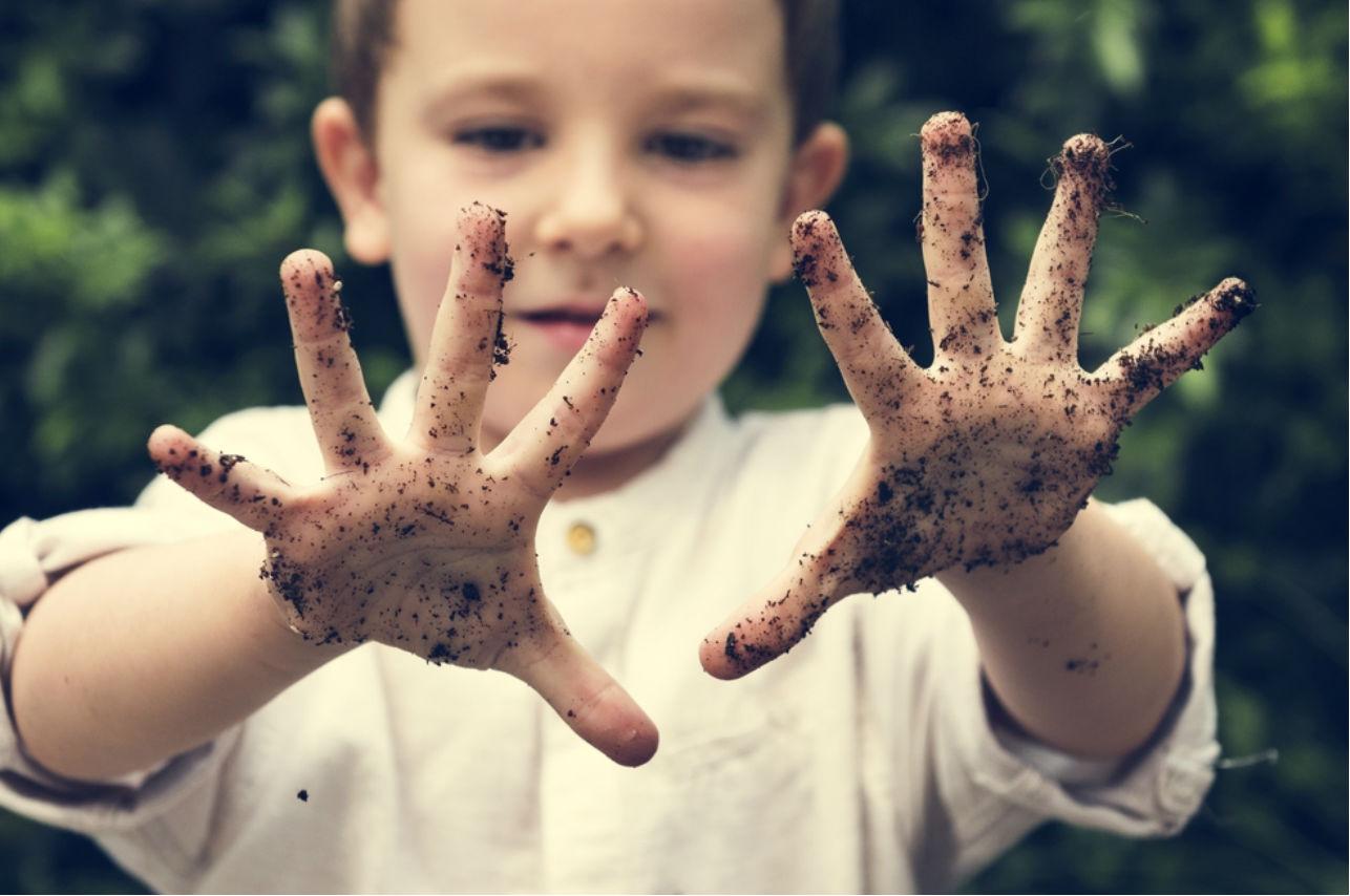 Expertos explican que los niños necesitan de los microbios