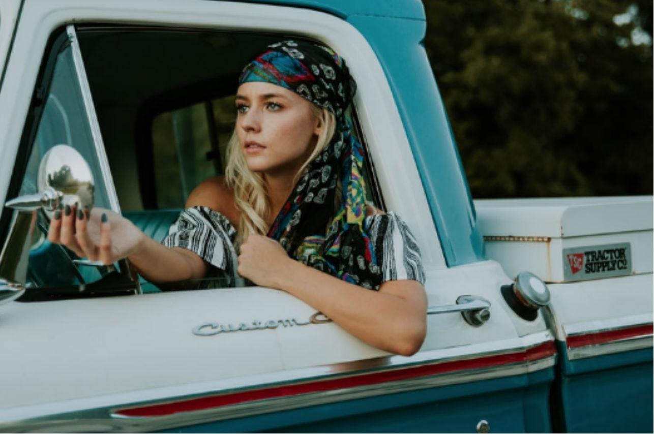 Las 5 maneras originales de llevar pañuelos de seda