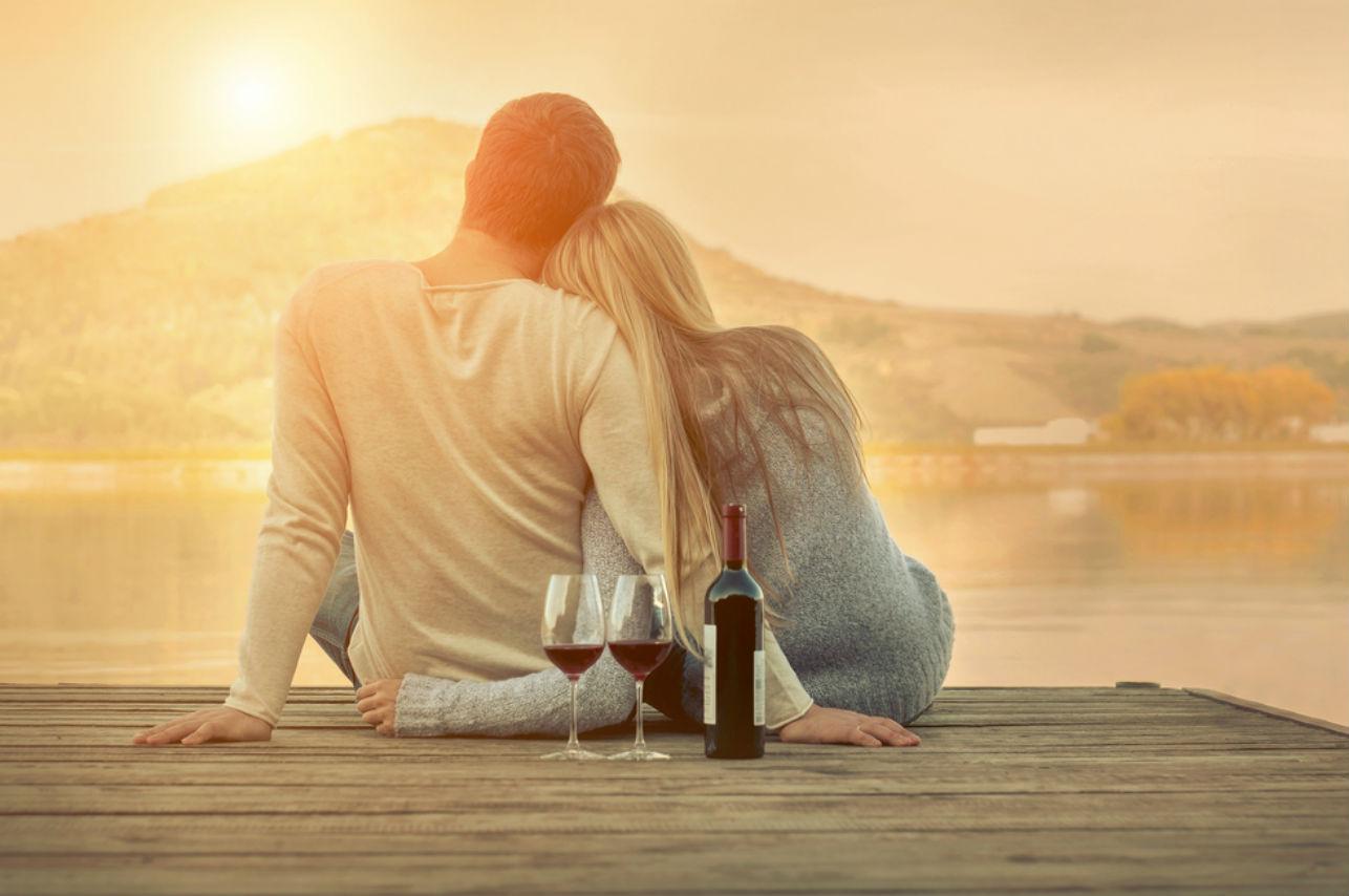 Una mujer que bebe vino hace más feliz a su pareja