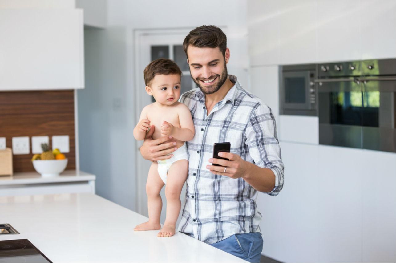 ¡Atención papás! Si no te despegas del celular puedes afectar a tus pequeños