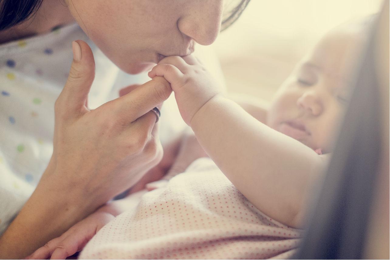 Madres pierden casi mil horas de sueño en el primer año de vida de sus hijos