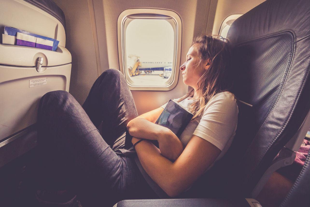 Mujer detiene vuelo porque olvidó a su bebé en el aeropuerto… ¡¿Qué?!