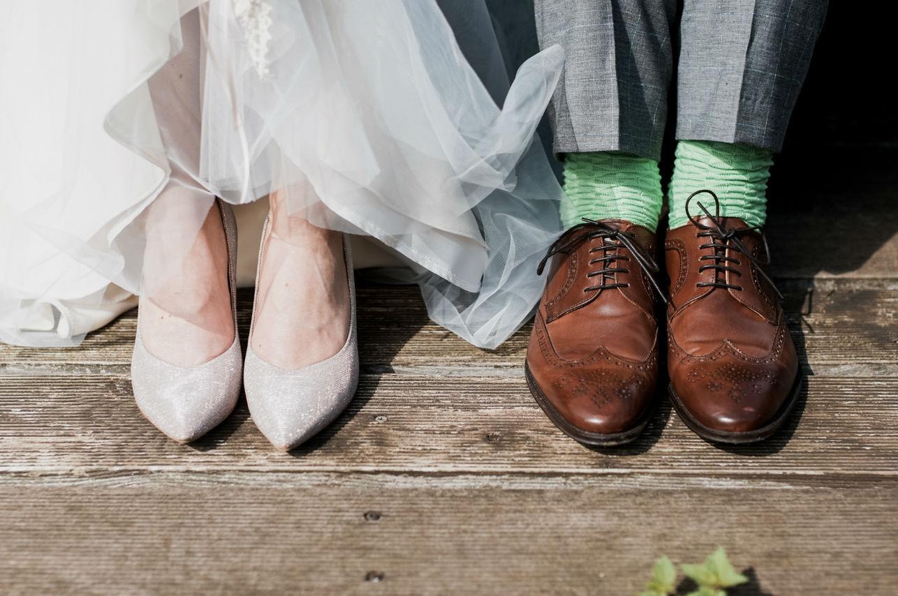 Novios reparten comida en hospital en plena noche de bodas