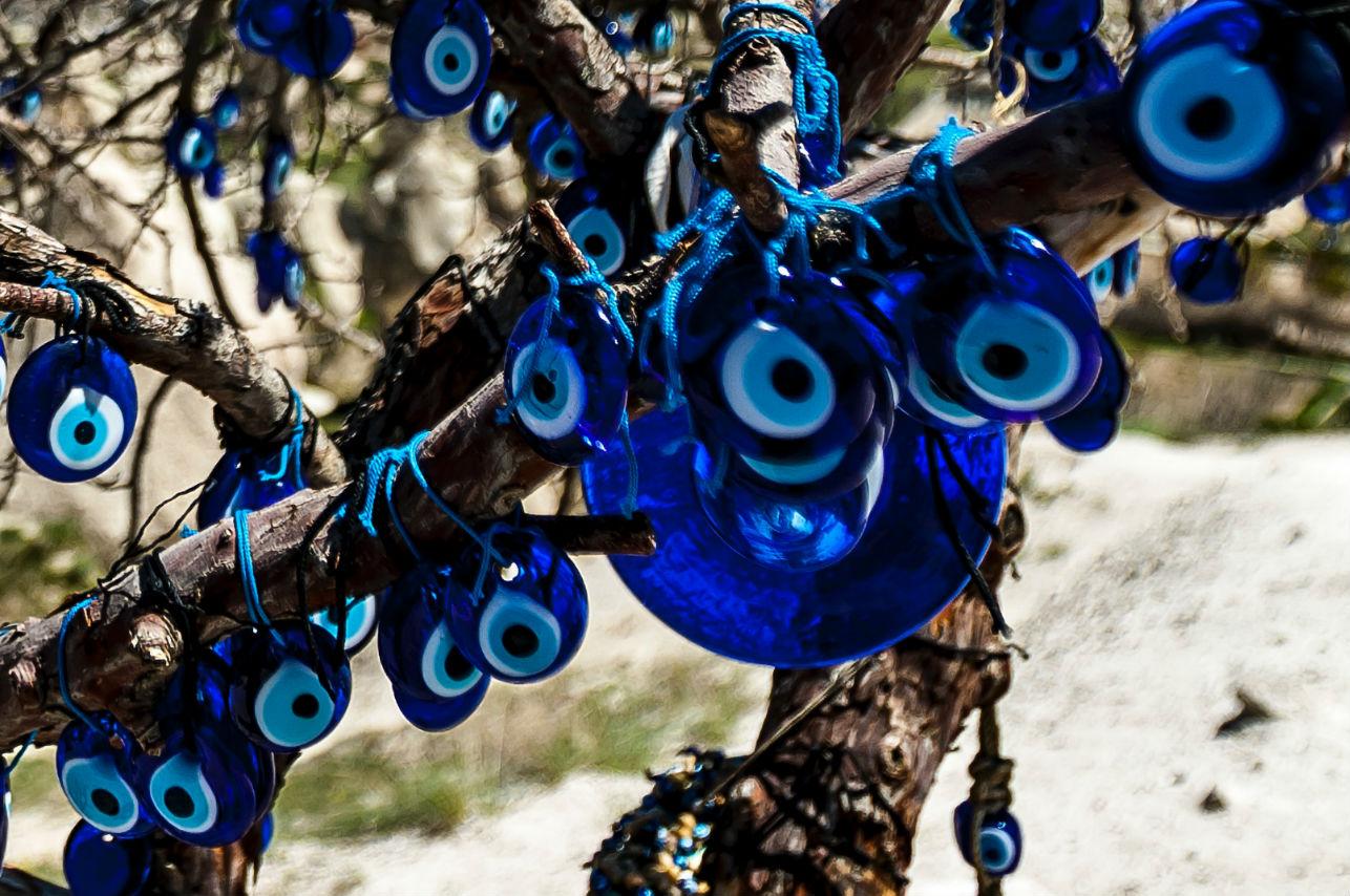 7 accesorios con el ojo turco y su significado como amuleto