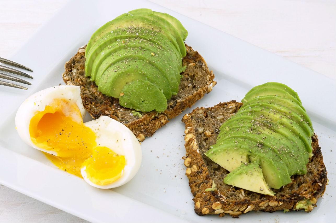 Lo que puedes comer entre comidas para cuidar tu salud e imagen
